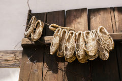 Παπούτσια αχύρου που κρεμούν σε μια γραμμή Στοκ φωτογραφία με δικαίωμα ελεύθερης χρήσης
