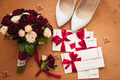 Παπούτσια γαμήλιων ανθοδεσμών και παράνυμφων, μπουτονιέρα σε ένα καφετί χαλί Στοκ εικόνες με δικαίωμα ελεύθερης χρήσης