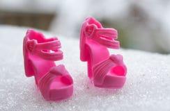 Παπούτσια για τις κούκλες στο χιόνι Στοκ φωτογραφίες με δικαίωμα ελεύθερης χρήσης