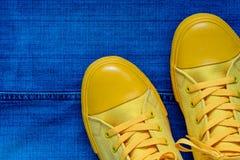 Παπούτσια γυμναστικής στα πλαίσια των τζιν Στοκ φωτογραφίες με δικαίωμα ελεύθερης χρήσης