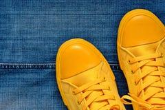 Παπούτσια γυμναστικής στα πλαίσια των τζιν Στοκ Εικόνες