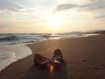 Παπούτσια γυναικών στην άμμο Στοκ Εικόνες