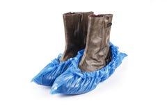 Παπούτσια γυναικών στις μπλε καλύψεις παπουτσιών στοκ εικόνες
