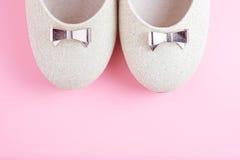 Παπούτσια γυναικών στο ρόδινο υπόβαθρο Στοκ φωτογραφία με δικαίωμα ελεύθερης χρήσης