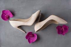 Παπούτσια γυναικών ` s στο συγκεκριμένο υπόβαθρο Στοκ φωτογραφία με δικαίωμα ελεύθερης χρήσης