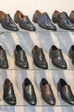 Παπούτσια δέρματος ατόμων στο ράφι στο κατάστημα Ράφια στο κατάστημα των ενδυμάτων και των εξαρτημάτων Ράφια με τα παπούτσια των  στοκ εικόνες