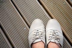 Παπούτσια δέρματος στις ξύλινες σανίδες στοκ εικόνες
