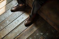 Παπούτσια δέρματος στο ξύλινο πάτωμα Στοκ Φωτογραφίες