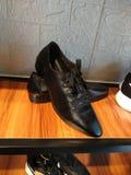 Παπούτσια δέρματος στο ράφι παπουτσιών στο κατάστημα παπουτσιών στοκ εικόνες