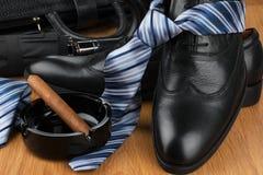 Παπούτσια, δεσμός, ομπρέλα, πούρο, ashtray και τσάντα των κλασικών ατόμων στο τ στοκ εικόνες