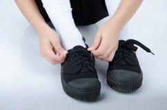 Παπούτσια δεσμών μικρών παιδιών έτοιμα για το σχολείο στο άσπρο υπόβαθρο Στοκ Εικόνες