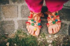 Παπούτσια θερινών pom pom σανδαλιών στοκ φωτογραφία με δικαίωμα ελεύθερης χρήσης