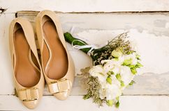 Παπούτσια και γαμήλια ανθοδέσμη στοκ φωτογραφία με δικαίωμα ελεύθερης χρήσης