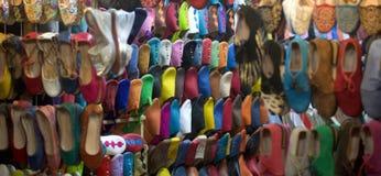 Παπούτσια και παντόφλες με το δέρμα καμηλών στα bazaars της ανατολής στοκ εικόνα με δικαίωμα ελεύθερης χρήσης