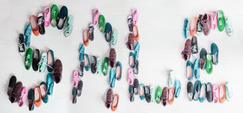 Παπούτσια και περιστασιακά keds Η πώληση λέξης στοκ φωτογραφία