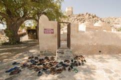 Παπούτσια και σανδάλια στο μουσουλμανικό τέμενος Φούτζερα Ε.Α.Ε. Al Bidyah Στοκ Εικόνα