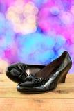Παπούτσια μαύρων γυναικών σε ξύλινο και bokeh το υπόβαθρο Στοκ φωτογραφία με δικαίωμα ελεύθερης χρήσης
