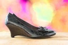 Παπούτσια μαύρων γυναικών σε ξύλινο Στοκ φωτογραφία με δικαίωμα ελεύθερης χρήσης