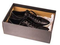 Παπούτσια μαύρων γυναικών ` s με τις δαντέλλες στα άσπρα πέλματα Στοκ Εικόνες