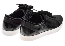 Παπούτσια μαύρων γυναικών ` s με τις δαντέλλες στα άσπρα πέλματα Στοκ εικόνα με δικαίωμα ελεύθερης χρήσης