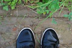 Παπούτσια μαύρων γυναικών ` s, υγρά από τη βροχή Στοκ Φωτογραφίες