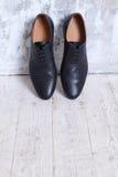 Παπούτσια μαύρων ` s ενάντια σε έναν τοίχο Στοκ εικόνες με δικαίωμα ελεύθερης χρήσης