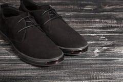 Παπούτσια μαύρων ` s στο γκρίζο υπόβαθρο Στοκ εικόνα με δικαίωμα ελεύθερης χρήσης