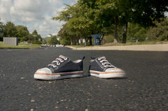 Παπούτσια μικρών παιδιών στην οδό Στοκ εικόνα με δικαίωμα ελεύθερης χρήσης