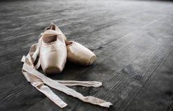 Παπούτσια μπαλέτου Λεπτομέρεια που πυροβολείται των ποδιών ballerina Στοκ Εικόνες