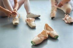 Παπούτσια μπαλέτου pointe, θολωμένο υπόβαθρο Στοκ Εικόνες