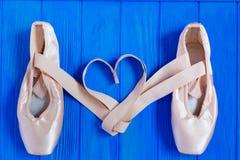 Παπούτσια μπαλέτου pointe με τις κορδέλλες στη μορφή της καρδιάς, ελεύθερου χώρου Στοκ εικόνες με δικαίωμα ελεύθερης χρήσης