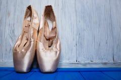 Παπούτσια μπαλέτου pointe στο φωτεινό ξύλινο υπόβαθρο χρώματος, ελεύθερη SP Στοκ Εικόνες