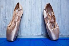 Παπούτσια μπαλέτου pointe στο φωτεινό ξύλινο υπόβαθρο χρώματος, ελεύθερη SP Στοκ Φωτογραφίες