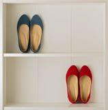 Παπούτσια μπαλέτου παπουτσιών γυναικών ` s στην άσπρη ντουλάπα Στοκ Φωτογραφία