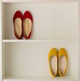 Παπούτσια μπαλέτου παπουτσιών γυναικών ` s στην άσπρη ντουλάπα Στοκ Φωτογραφίες
