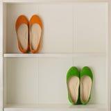 Παπούτσια μπαλέτου παπουτσιών γυναικών ` s στην άσπρη ντουλάπα Στοκ φωτογραφία με δικαίωμα ελεύθερης χρήσης