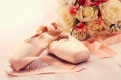 Παπούτσια μπαλέτου Παπούτσια Pointe στο ξύλινο υπόβαθρο Στοκ Φωτογραφία