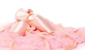 Παπούτσια μπαλέτου σε ένα ρόδινο ύφασμα που απομονώνεται Στοκ φωτογραφία με δικαίωμα ελεύθερης χρήσης