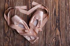 Παπούτσια μπαλέτου στο ξύλινο υπόβαθρο Στοκ Εικόνες