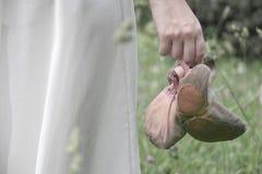 Παπούτσια μπαλέτου στο χέρι του κοριτσιού Στοκ φωτογραφίες με δικαίωμα ελεύθερης χρήσης