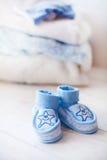 Παπούτσια μωρών για το αγόρι σε ένα μπλε υπόβαθρο Στοκ Φωτογραφία