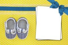 Παπούτσια μωρών και κενές κάρτες Στοκ Φωτογραφίες
