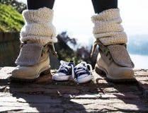 Παπούτσια μωρών και παπούτσια μητέρων υπαίθρια σκαλοπάτια Στοκ Φωτογραφία