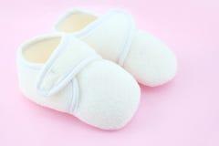 Παπούτσια μωρών σε ανοικτό ροζ Στοκ εικόνες με δικαίωμα ελεύθερης χρήσης