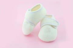 Παπούτσια μωρών σε ανοικτό ροζ Στοκ φωτογραφίες με δικαίωμα ελεύθερης χρήσης