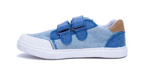 Παπούτσια μωρών τζιν μόδας για τα πόδια μικρών παιδιών Πάνινα παπούτσια παιδιών που απομονώνονται στο άσπρο υπόβαθρο Στοκ εικόνα με δικαίωμα ελεύθερης χρήσης