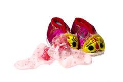 Παπούτσια μωρών τιγρών και κάλτσες μωρών Στοκ Φωτογραφίες