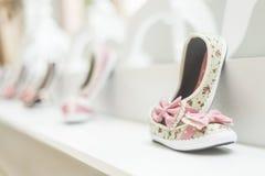 Παπούτσια νέου κοριτσιού στο κατάστημα μόδας υποδημάτων των παιδιών Στοκ Φωτογραφία