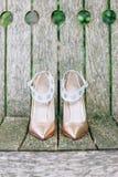 Παπούτσια νυφών ` s δέρματος χρώματος κρέμας Στοκ Εικόνες
