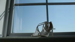 Παπούτσια νυφών ` s στο παράθυρο απόθεμα βίντεο